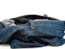Abstrakte Blue Jeans auf weißem Hintergrund Stockfotografie
