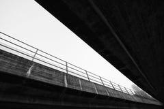 Abstrakte Brücke von unterhalb Stockbild