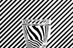 Abstrakte Brechung von Schwarzweiss-Diagonalen in einem Glas von w Stockbilder