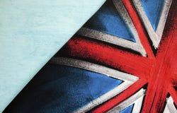 Abstrakte BRITISCHE Flagge über blauem Hintergrund Stockfoto