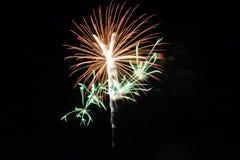 Abstrakte bunte Feuerwerke mit verschiedenen Farben auf dunklen Nachthintergründen Lizenzfreies Stockfoto
