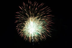 Abstrakte bunte Feuerwerke mit verschiedenen Farben auf dunklen Nachthintergründen Lizenzfreie Stockfotografie