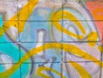 Abstrakte bunte Graffitikunstwand hergestellt von unbekanntem Künstler auf Th Lizenzfreie Stockfotos