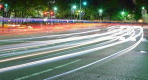 Abstrakte bunte Lichtunschärfen des rollenden Verkehrs Lizenzfreie Stockfotos