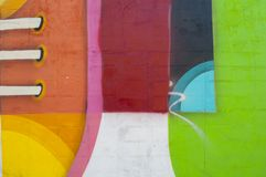 Abstrakte, bunte Malerei auf einer Backsteinmauer stockbilder