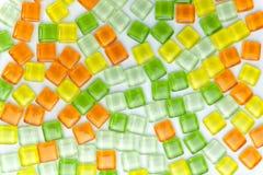 Abstrakte bunte quadratische Glasfliese auf weißem Hintergrund Stockfotografie