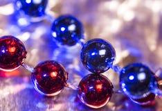 Abstrakte Dekoration Rote und blaue Perlen auf glänzendem Hintergrund Lizenzfreie Stockfotografie