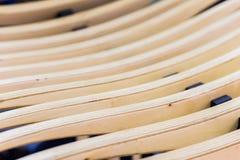 Abstrakte dekorative hölzerne gestreifte geometrische Beschaffenheit der Holzbank oder des Lehnsessels, selektiver Fokus Mit Plat Lizenzfreies Stockbild