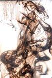 Abstrakte dunkelbraune Zahlen der Tinte im Wasser Stockfoto