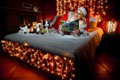 Abstrakte Fantasiehintergründe mit magischem Buch Weihnachten Lizenzfreie Stockfotografie