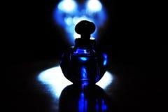Abstrakte Farbblauer französischer Parfümflascheschwarzmitternachtsluxushintergrund stockbild