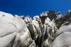 Abstrakte Felsen und blauer Himmel Stockfotos