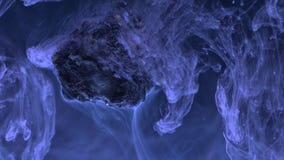 Abstrakte flüssige Tinte im Wasser mit Stein Lizenzfreies Stockbild