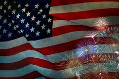 Abstrakte Flagge der USA, die mit Feuerwerken, amerikanische Flagge wellenartig bewegen Stockfotos