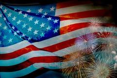 Abstrakte Flagge der USA, die mit Feuerwerken, amerikanische Flagge wellenartig bewegen Stockbild