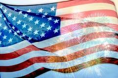 Abstrakte Flagge der USA, die mit Feuerwerken, amerikanische Flagge wellenartig bewegen Stockfoto