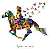 Abstrakte Frau, die ein Pferde- und Schmetterlingsfliegen reitet Stockbilder
