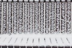 Abstrakte geometrische Muster auf einer schneebedeckten Bank Stockfoto