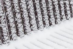 Abstrakte geometrische Muster auf einer schneebedeckten Bank Stockbild