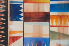 Abstrakte geometrische Muster auf Holz Stockfotos