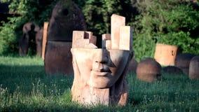 Abstrakte Gesichtsskulptur stock video