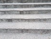 Abstrakte gestreifte Schmutzbeschaffenheit von Asphaltschritten, von der Abwechslung von hellgrauen und dunkelgrauen Streifen Lizenzfreie Stockfotos