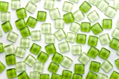Abstrakte grüne quadratische Glasfliese auf weißem Hintergrund Lizenzfreie Stockbilder