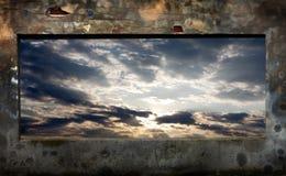 Abstrakte grunge Backsteinmauer und Himmel Stockfotos