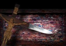Abstrakte grunge Backsteinmauer und Kreuzmesser Stockbild