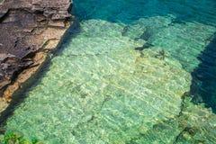Abstrakte Hintergrundansicht herrliche Felsen Lügenunderwater von großem Cyprus See Lizenzfreie Stockfotografie