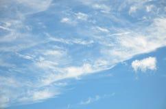Abstrakte Hintergrundfederwolkewolken auf hellblauem Himmel Stockbilder
