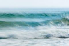 Abstrakte Küstenbewegung verwischte Meereswogeblau-Töne backgroun stockbild