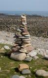 Abstrakte Kiesel-und Felsen-Skulpturen auf dem Strand Lizenzfreie Stockfotografie