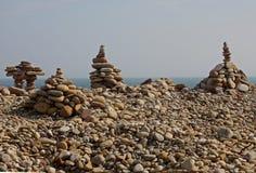 Abstrakte Kiesel-und Felsen-Skulpturen auf dem Strand Lizenzfreies Stockbild