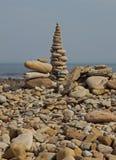 Abstrakte Kiesel-und Felsen-Skulpturen auf dem Strand Stockbild