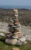 Abstrakte Kiesel-und Felsen-Skulpturen auf dem Strand Lizenzfreies Stockfoto