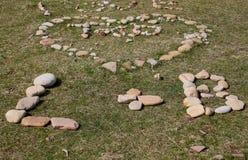 Abstrakte Kiesel-und Felsen-Skulpturen auf dem Strand Stockfotografie