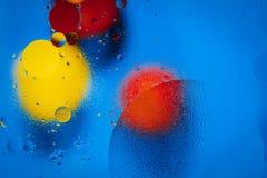 Abstrakte Kreise des Öls auf misted Glas und farbigem Hintergrund lizenzfreies stockfoto