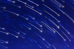 Abstrakte lange Belichtung des Sternes schleppt mit Schein auf Hintergrund des blauen Himmels Stockfotografie