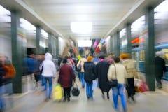 Abstrakte laut summende Fluggäste in der Metro stockfotografie