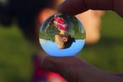 Abstrakte Leute Leute, Reisekonzept Weibliche Finger-Holding Crystal Ball Outdoors lizenzfreies stockfoto