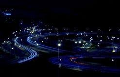 Abstrakte Lichter von den Autos auf Straßenkreuzung Lizenzfreie Stockfotos