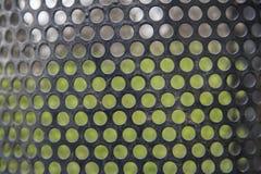 Abstrakte Linien und Metall greifen Hintergrund des grünen Grases des Musters ineinander Stockfotografie