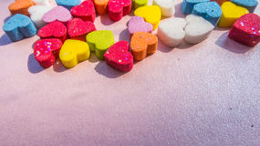 Abstrakte mehrfarbige Herzform auf rosa Hintergrund Stockfotografie