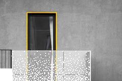 Abstrakte moderne Architektur mit Balkon und Fenster stockbild