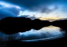 Abstrakte Nachtlandschaftsreflexionen im Wasser in den Stranddünen stockfotografie