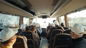 Abstrakte Nahaufnahmerückseite von den Leuten, die im Bus auf touristischer Reise der Reise mit dem Haar, Frauenmädchen-Sonnenbri Lizenzfreie Stockfotografie