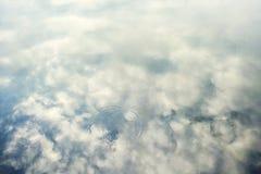 Abstrakte Oberflächenhintergrundbeschaffenheit des blauen Wassers Lizenzfreies Stockbild