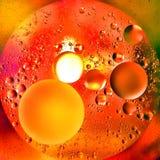 Abstrakte Orangenöl-Luftblasen und Wasser-Hintergrund Lizenzfreie Stockfotos