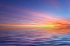 Abstrakte Ozean- und Sonnenuntergangrückseite Stockfotografie